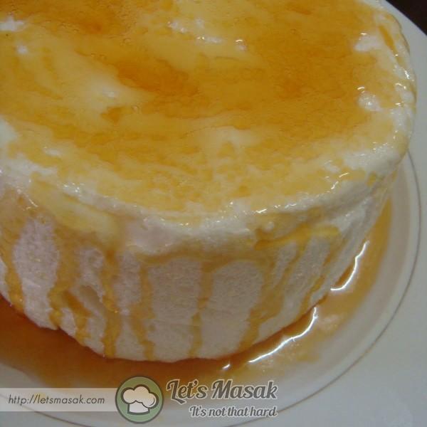 Tuang rata caramel atas meringue. sejukkan sebentar dalam peti ais.