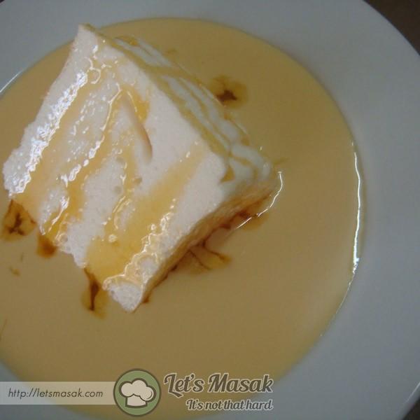 Potong meringue & letakkan diatas Creme Anglaise. makan sejuk sejuk. sedapppp.