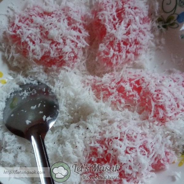 Masukkan ke dalam kelapa parut yg digaul dgn sedikit garam. Golek2kan supaya semua permukaan disaluti kelapa.
