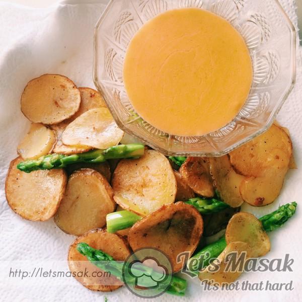 Potato Chips And Cheesy Sauce