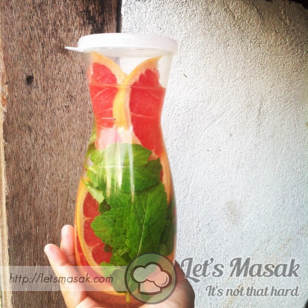 Detox Water Grapefruits And Applemint