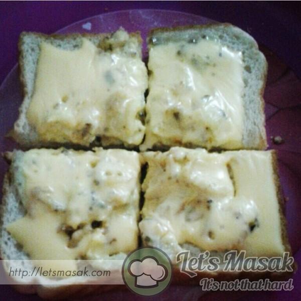 Cheesy Scramble Egg On Bread